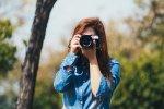 kobieta z aparatem fotograficznym